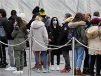 אנשים מחכים בתור מחוץ למוזיאון הלובר, חלקם עם מסיכות בגלל החשש לקורונה / צילום: רפאל יאגהובזאדה, AP