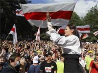 מנהיגת האופוזיציה סבטלנה טיכנובסקאייה בעצרת עם תומכיה בבלארוס / צילום: Sergei Grits, AP