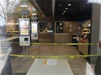 """סניף מקדונלדס סגור לאחר התפרצות הקורונה בארה""""ב / צילום: Nam Y. Huh, Associated Press"""