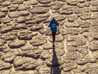 גולי רצה בימת אראל שהתייבשה באוזבקיסטן /  צילום: Kelvin-Trautman