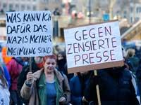 שלטים נגד העיתונות בהפגנה נגד איסלמיזציה בגרמניה./ צילום: Wolfgang Rattay