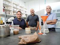 """ד""""ר יוסי קופמן, מנכ""""ל (מימין), דן גרוצקי, סמנכ""""ל שיווק ומכירות (במרכז) ודני לוי, סמנכ""""ל  מו""""פ וייצור (משמאל) / צילום: איל יצהר"""