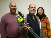 הפרופסורים יהונתן אפרת  ונפתלי לזרוביץ' והדוקטורנטית הסינית קיינינג  עם מכשיר המיני־ריזוטרון / צילום: איל יצהר