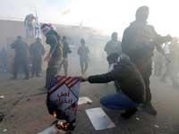 """תומכי מיליציות שיעיות פרו־איראניות מול שגרירות ארה""""ב בבגדד  / צילום: רויטרס, WISSM AL-OKILI"""