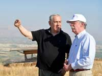 """היועץ לביטחון לאומי לשעבר של ארה""""ב, ג'ון בולטון ורה""""מ נתניהו בבקעת הירדן / צילום: קובי גדעון לע""""מ"""