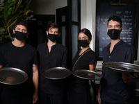 """מלצרים במסעדת קופי בר. """"באמצעות הקול והגוף מפגינים רצון לעשות טוב לאורחים"""" / צילום: איל יצהר"""