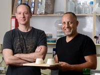 """אייל אפרגן (מימין) ופרופ' תמיר טולר. הרעיון הוא """"לאלף"""" את השמרים / צילום: איל יצהר"""
