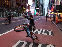 נער ברחוב 42 במנהטן בעיצומה של הקורונה / צילום: רויטרס - Joel Marklund