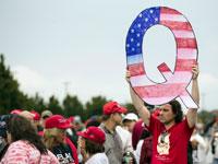 תומכי QAnon בעצרת של טראמפ. ווילקס בארה, פנסילבניה, 2018 / צילום: AP - Matt Rourke