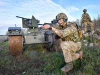 """מכונת ירייה אוטונומית לצד חייל נאט""""ו. / צילום:  רויטרס"""