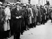 """תור של מבקשי עבודה בניו יורק בתקופת """"השפל הגדול"""" / צילום: AP - Associated Press"""