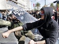 מפגין יווני מכה שוטר, הפגנה, אלימות / צלם רויטרס