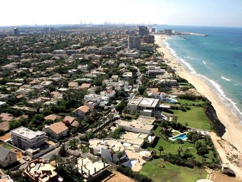 מצוק חוף הים הרצליה/ צילום: אילן ארד תעופה עבור אנגלו סכסון