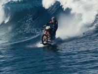 רובי מדיסון, אופנוען גולש גלים, רד בול / צילום: וידאו