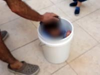 דוחף את ביתו לדלי/ צילום: מהוידאו