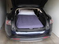 מיטה במכונית טסלה / צילום: מהוידאו