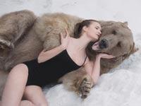דוגמנית רוסיה מצטלמת עם דב גריזלי / צילום: וידאו