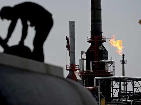 """עבודה במזקקת נפט של דאע""""ש, עירק, טרור, מהנדסים, עבודה / צילום: וידאו"""
