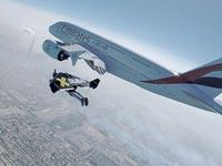 חליפת סילון לצד מטוס נוסעים Emirates / צילום: וידאו