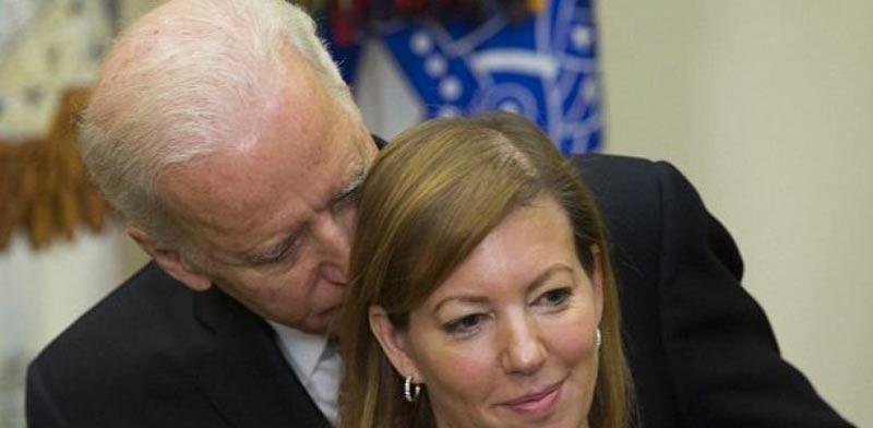 """ג'ו ביידן, סגן נשיא ארה""""ב,מחבק את אשתו של שר ההגנה קרטר / צילום: וידאו"""