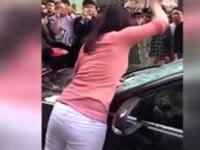 אישה מנפצת את שמשות הרכב של בעלה, בגידה, סין / צילום: וידאו