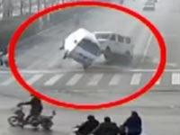 תאונה הזויה בסין, מכוניות מרחפות באוויר / צילום: וידאו