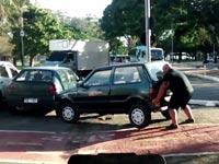 רוכב אופניים מפנה מכונית שחוסמת שביל אופניים ברזיל, שבילי אופניים / צילום: וידאו