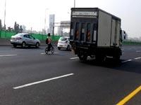 אופניים חשמליים , איילון, כביש מהיר/ צילום: כפיר כשריאן