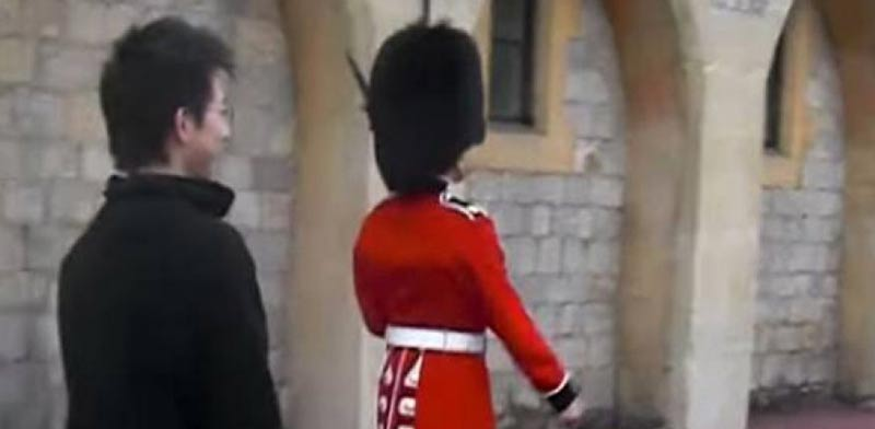 תייר הסתבך עם חייל של משמר המלכה, בריטניה / צילום: וידאו