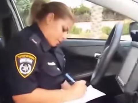 """שוטרת דו""""ח תנועה / צילום: מהוידאו"""
