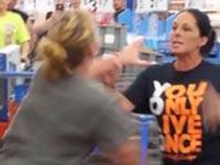 """קטטה של נשים בוול מארט, אינדיאנה ארה""""ב / צילום: וידאו"""
