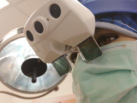 """משקפי מציאות מרובדת לחדר הניתוחים אוגמדיקס Augmedics)) סטארט אפ / צילום: יח""""צ"""