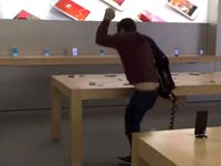 לקוח בחנות של אפל מנפץ מכשירי אייפון צרפת דיז'ון / צילום: וידאו