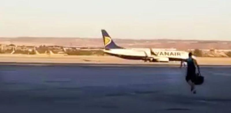 נוסע מאחר לטיסה וקופץ על המטוס, ריינאייר, חברת תעופה, שדה תעופה / צילום: וידאו