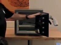 """כספת הניפתחת ע""""י גרב / צילום: מתוך הוידאו"""