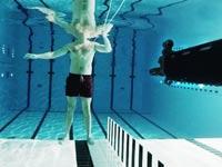 מדען ירה בעצמו מתחת למים וניצל, ויראלי, אנדרה וולס / צילום: וידאו