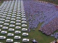 מתנה לעובדים,   Diwali, מיליארדר חילק 400 דירות ו-1260 מכוניות לעובדים  / צילום: וידאו