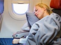 בחורה ישנה במטוס/ צילום: שאטרסטוק