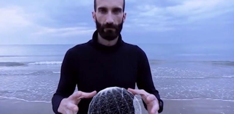 איש על קרחון / צילום: מתוך הוידאו
