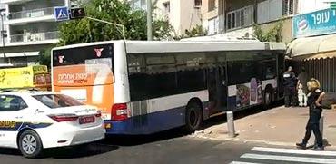 אוטובוס דן ניכנס בחנות/ צילום: בעז שלם
