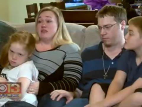 הורים מותחים את הילדים/ צילום: מתוך הוידאו