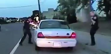 שוטר יורה בנהג/ צילום: מתוך הוידאו