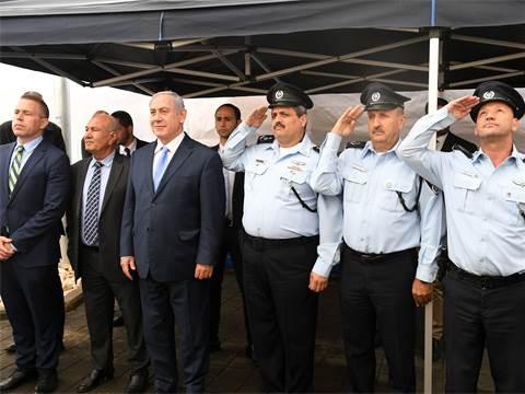 """ראש הממשלה בנימין נתניהו עם השר לביטחון פנים גלעד ארדן ומפכ""""ל המשטרה רוני אלשייך / צילום: קובי גדעון"""