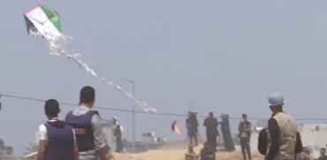 צפו: תיעוד של עפיפון תבערה מעל שמי קיבוץ כפר עזה
