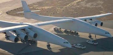 המטוס הגדול בעולם מחמם מנועים על מסלול ההמראה