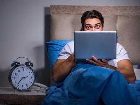 פורנו, גבר במיטה/ צילום: שאטרסטוק