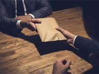 שוחד , שחיתות, מעטפת כסף / צילום: שאטרסטוק