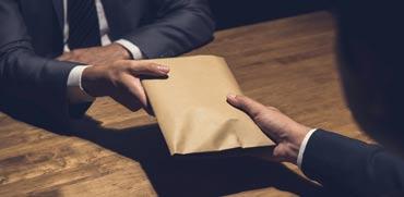 שוחד הוא לא רק מעטפות שנמסרות במחשכים
