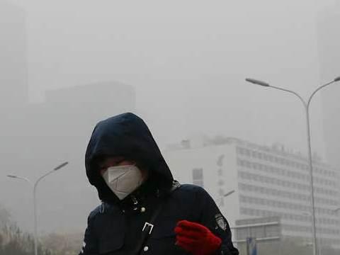 מסכה על הפנים ברחובות בייג'ין בנובמבר 2018 בגלל הזיהום / צילום: Andy Wong, AP