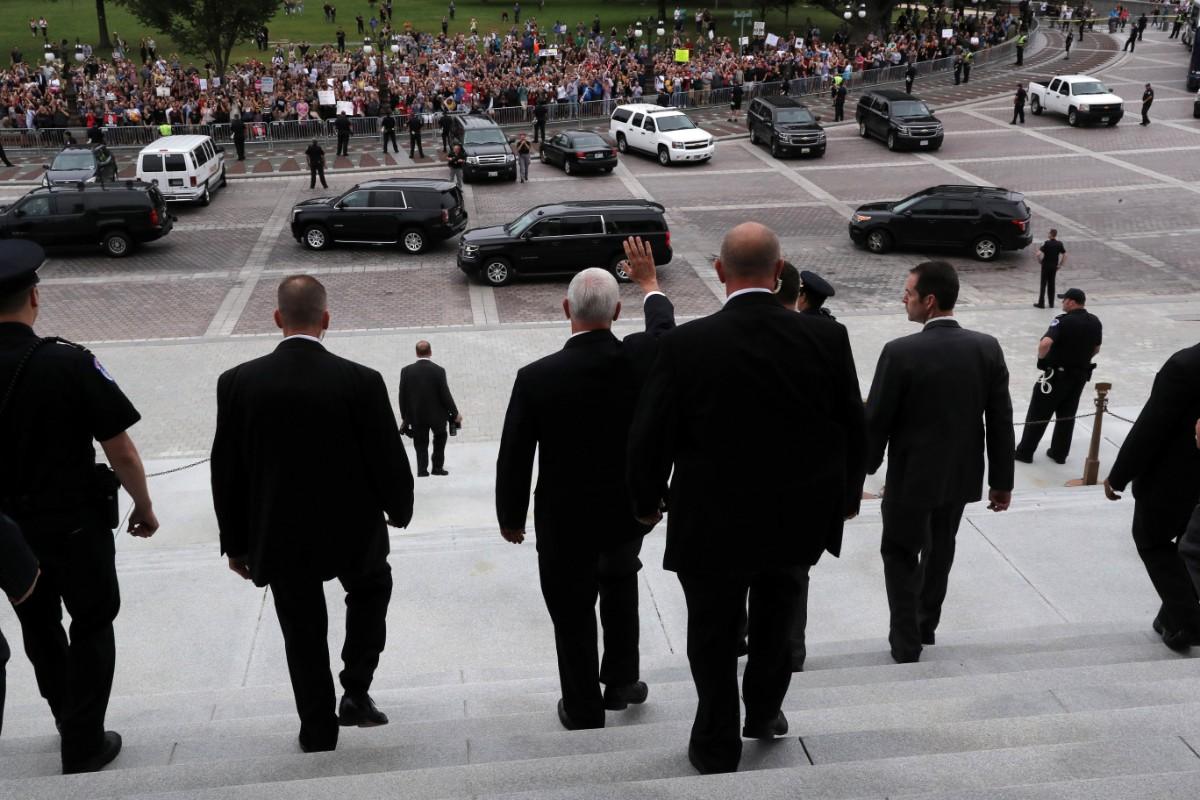 מייק פנס מנופף למפגינות בוושינגטון / צילום: רויטרס